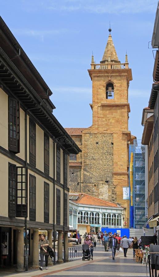De mensen lopen door straat in Oviedo, Spanje stock foto's