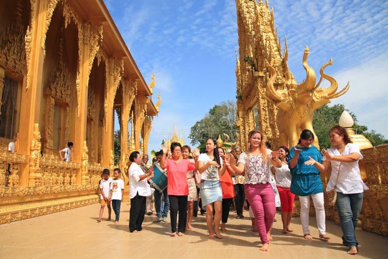 De mensen lopen en dansen rond gouden tempel stock afbeelding