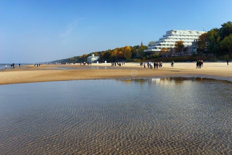 De mensen lopen in het strand van de de herfst Oostzee op een zonnige dag royalty-vrije stock afbeeldingen
