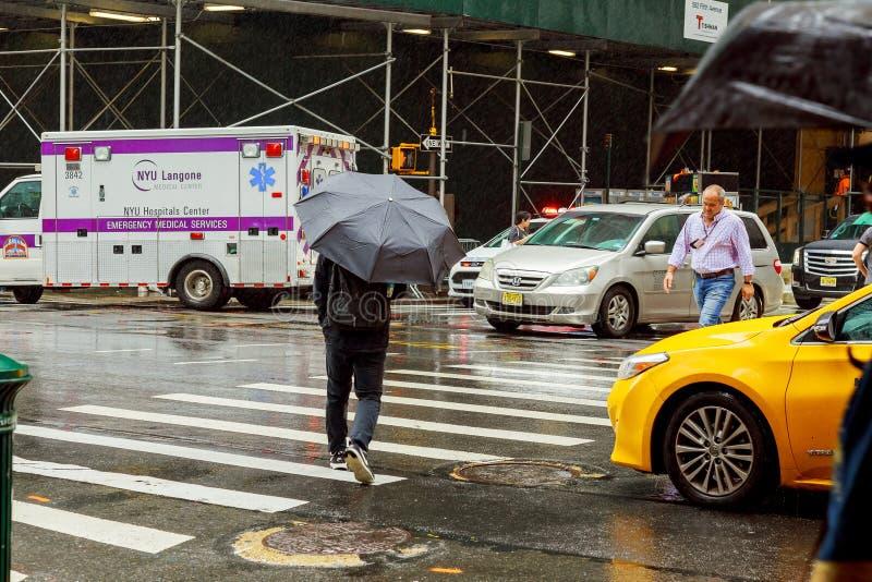 De mensen lopen langs het Westen tweeënveertigste Straat in New York Bijna 19 miljoen mensen leven in de Stadsmetropolitaan gebie stock foto