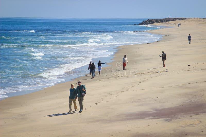 De mensen lopen langs de kust van de Atlantische Oceaan in Namibië royalty-vrije stock afbeeldingen