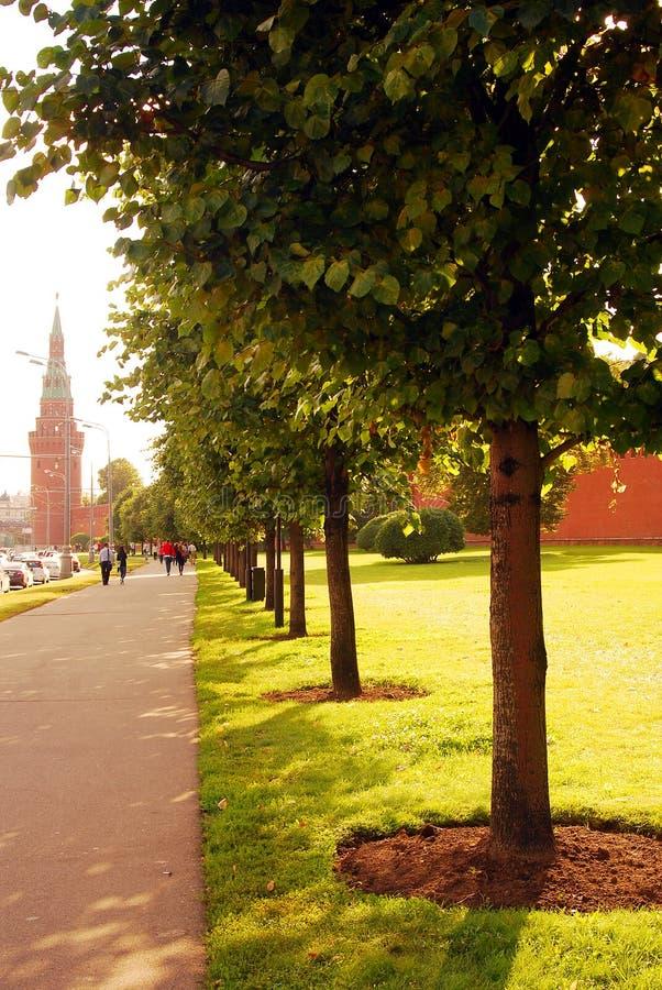 De mensen lopen langs Moskou het Kremlin in de zomer royalty-vrije stock afbeelding