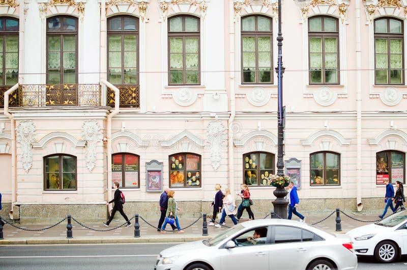 De mensen lopen langs Nevsky Prospekt in St. Petersburg stock fotografie