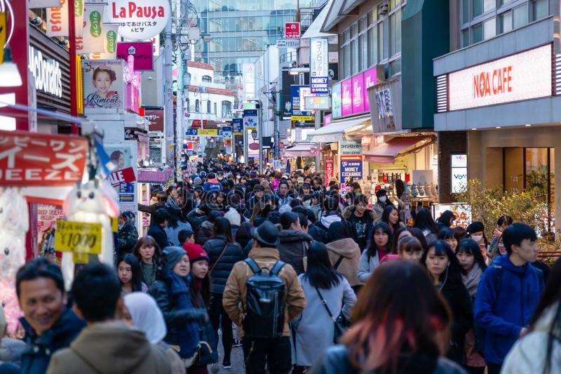 De mensen lopen langs Takeshita-straat in Harajuku royalty-vrije stock fotografie