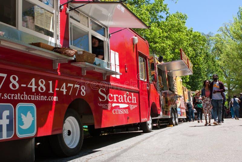 De mensen lopen onder Voedselvrachtwagens bij de Lentefestival van Atlanta royalty-vrije stock fotografie