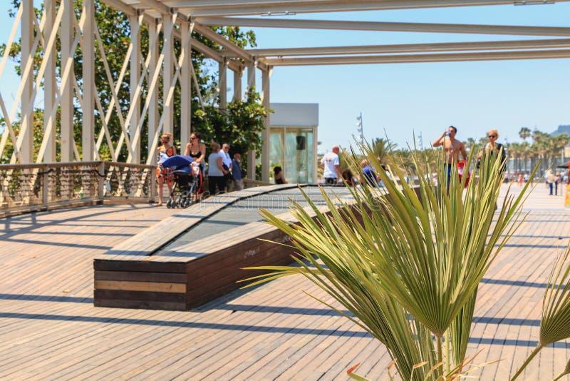 De mensen lopen op Barceloneta-strand op een de zomerdag royalty-vrije stock foto's