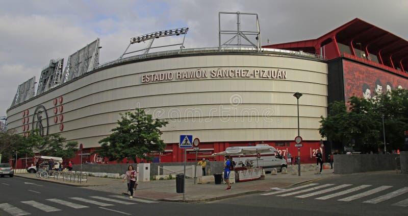 De mensen lopen in Ramon Sanchez Pizjuan Stadium in Sevilla royalty-vrije stock fotografie