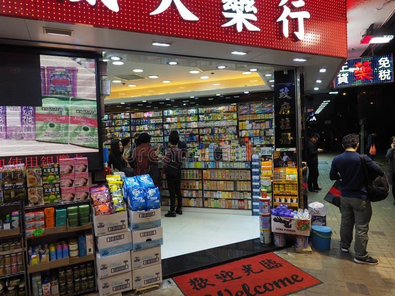 De mensen maken aankopen in een lokale apotheek in Hong Kong royalty-vrije stock foto's
