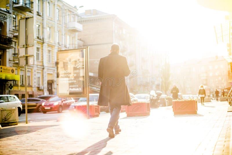 De mensen met onherkenbare gezichten lopen door de straten stock fotografie