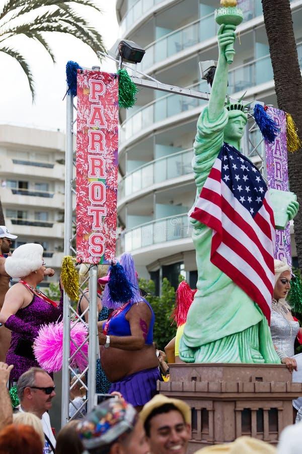 De mensen met standbeeld van Vrijheid bij Vrolijke trots paraderen in Sitges royalty-vrije stock afbeelding