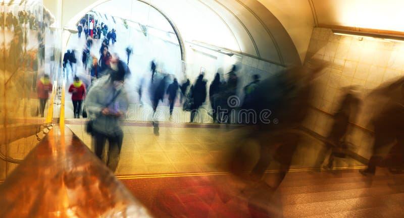 De mensen in de metro zullen op het werk lachen, gaan de bedrijfsmensen, vage achtergrond royalty-vrije stock fotografie