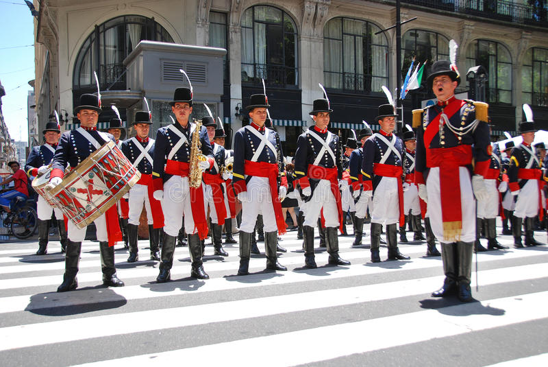 De mensen in militairkostuum paraderen royalty-vrije stock fotografie