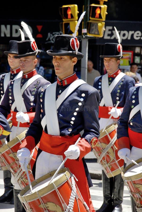 De mensen in militairkostuum paraderen royalty-vrije stock foto's