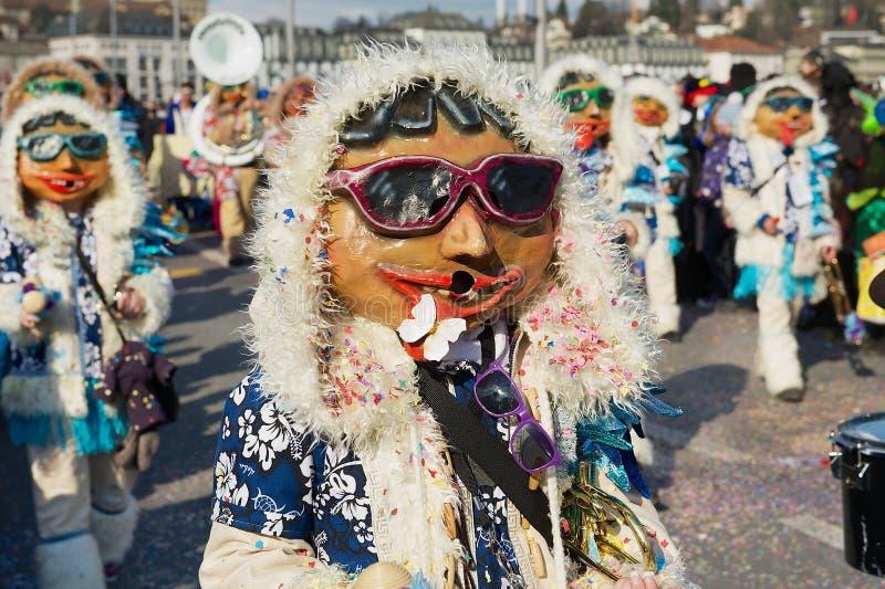 De mensen nemen aan de parade deel in Luzerne Carnaval in Luzerne, Zwitserland stock afbeeldingen