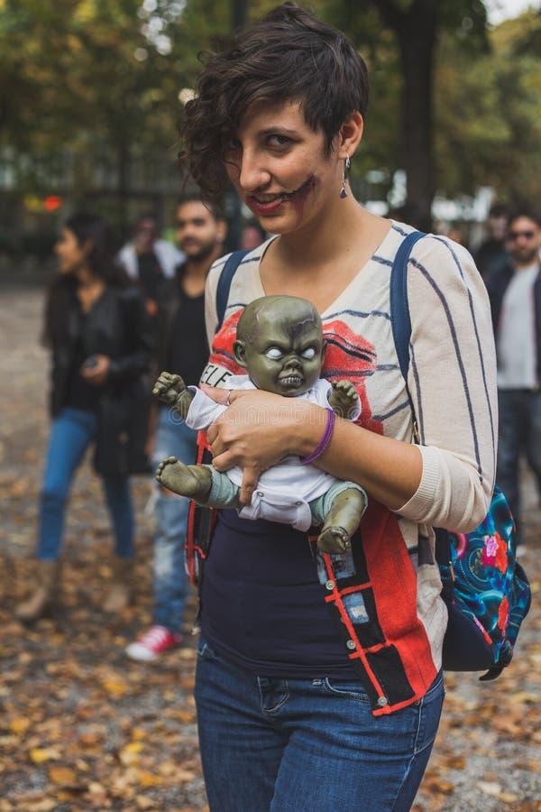 De mensen nemen aan de Zombiegang 2015 deel in Milaan, Italië royalty-vrije stock fotografie