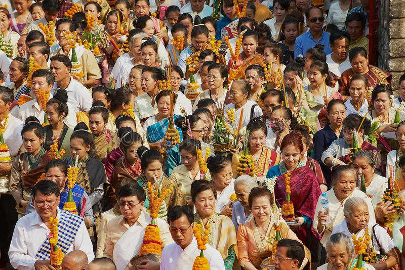 De mensen nemen aan de godsdienstige optocht deel tijdens Phi Mai Lao New Year-vieringen in Luang Prabang, Laos royalty-vrije stock foto
