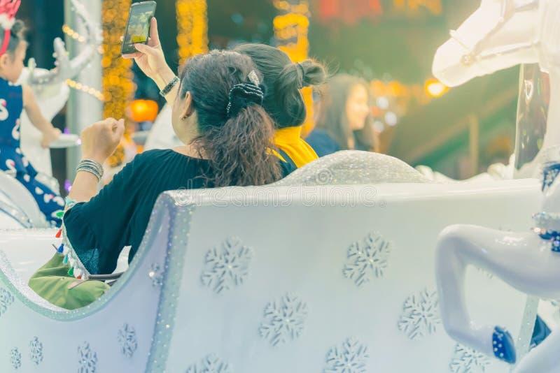 De mensen nemen een foto op de carrousel van de kinderen royalty-vrije stock foto's