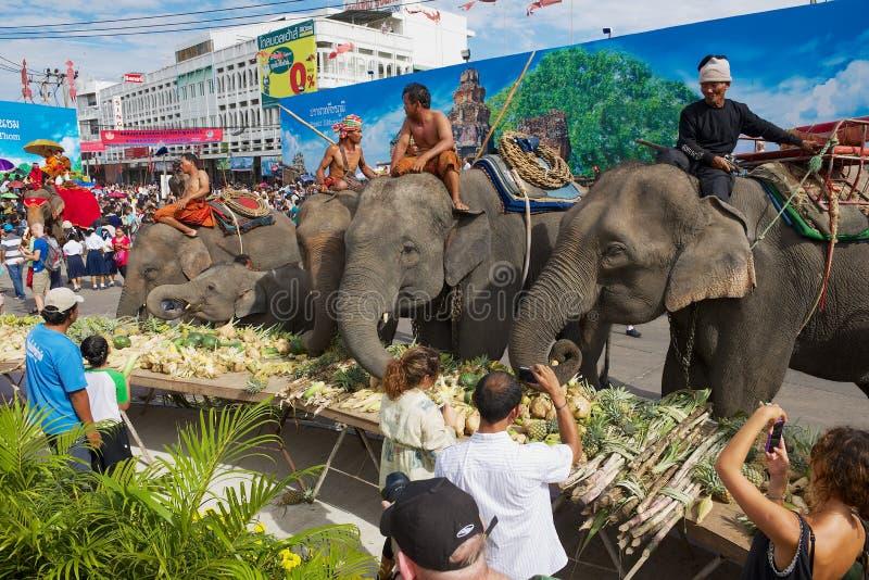 De mensen nemen foto's van de olifanten die bij Olifantsbuffet voeden in Surin, Thailand royalty-vrije stock foto's