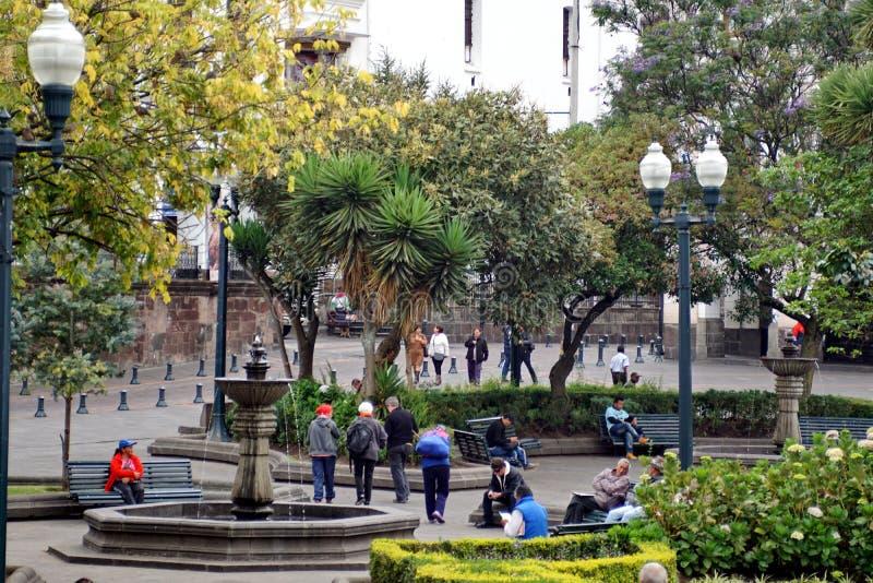 De mensen in Onafhankelijkheid regelen in Quito, Ecuador stock fotografie