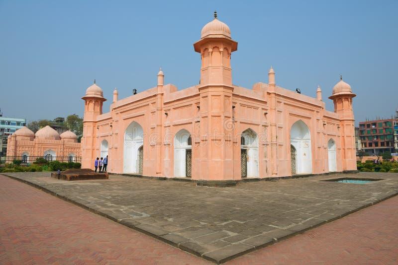 De mensen onderzoeken mausoleum van Bibipari in Lalbagh-fort in Dhaka, Bangladesh royalty-vrije stock foto's