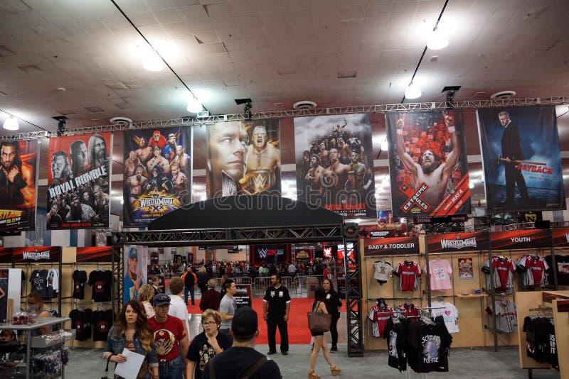 De mensen onderzoeken WWE-het hoogtepunt van de Winkelstreek van koopwaar en WWE-Affiches royalty-vrije stock afbeelding