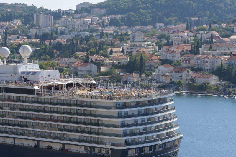 De mensen, onherkenbare personen rusten op het hoogste dek van het schip Cruiseschip in Dubrovnik, stad op het Adriatische Overze stock foto's