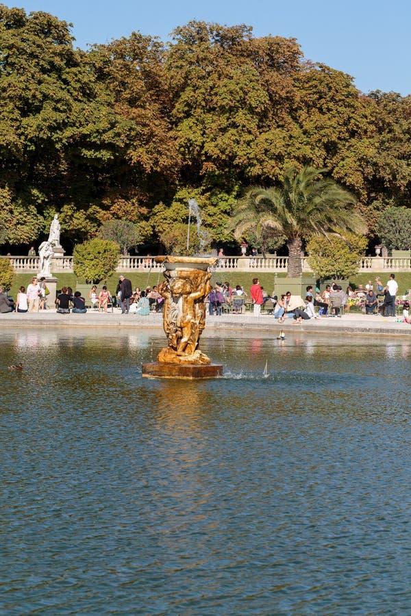 De mensen ontspannen in de Tuinen van Luxemburg in Parijs, Frankrijk royalty-vrije stock foto