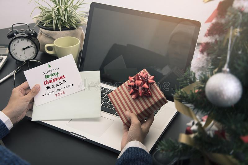 De mensen ontvingen van de de tekstmassage van de groetkaart Vrolijke Kerstmis en huidige gift van een andere persoon stock foto