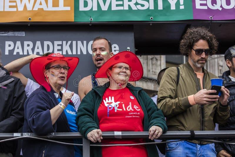 2019: De mensen op een vlotter die Gay Pride bijwonen paraderen ook gekend als Christopher Street Day-CDD in München, Duitsland royalty-vrije stock afbeeldingen