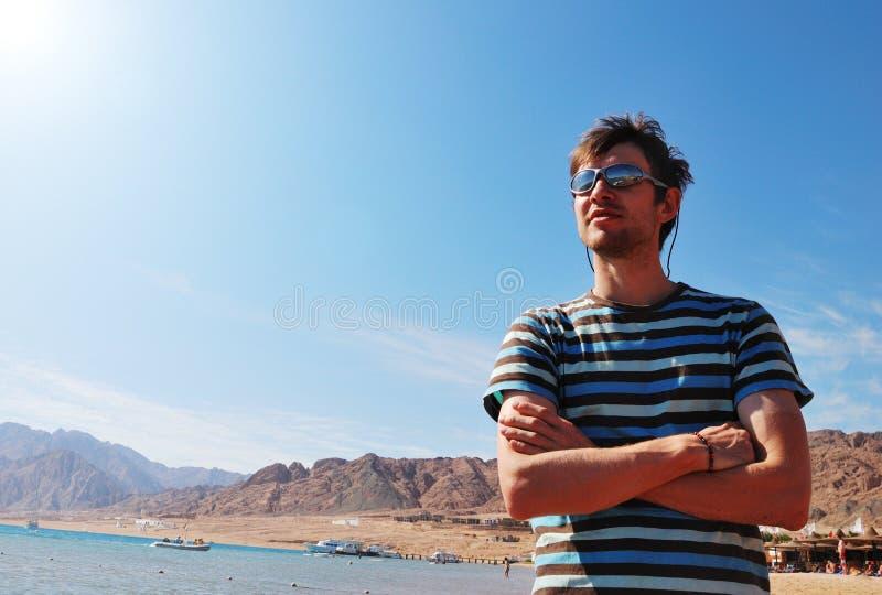 De mensen op overzees nemen zijn toevlucht stock foto