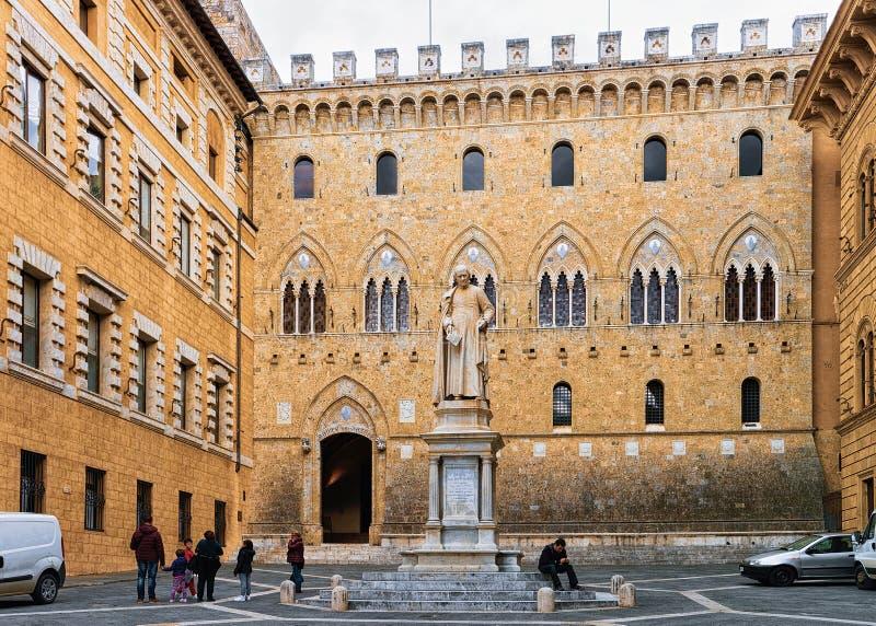 De mensen op Piazza Salimbeni regelen in Siena royalty-vrije stock afbeelding