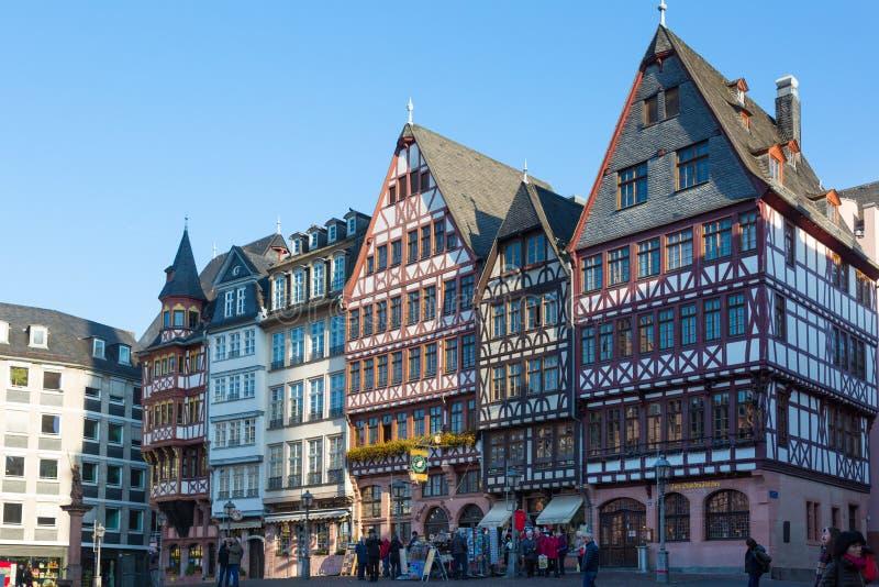 De mensen op Roemerberg regelen in Frankfurt, Duitsland stock afbeeldingen