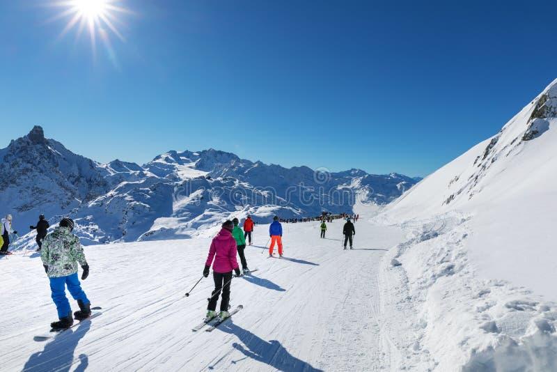 de mensen op zonnige helling bij 3 valleienski nemen in Alpen zijn toevlucht royalty-vrije stock fotografie