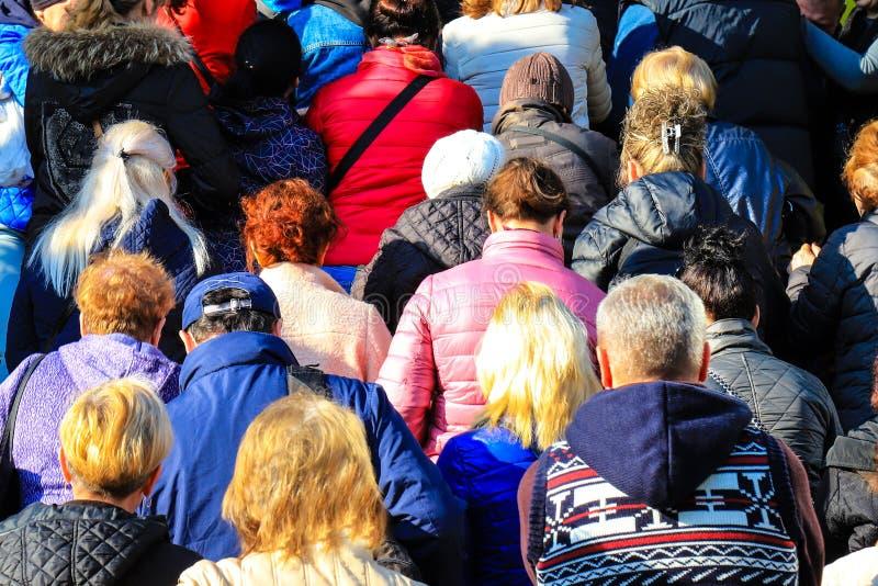 De mensen overbevolken dichtbij de opslagingang tijdens de verkoop De klanten gaan de wandelgalerij op Black Friday in, de winter stock afbeeldingen