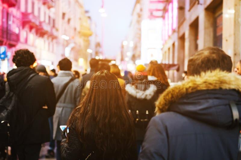 De mensen overbevolken het lopen op bezige straat stock afbeelding