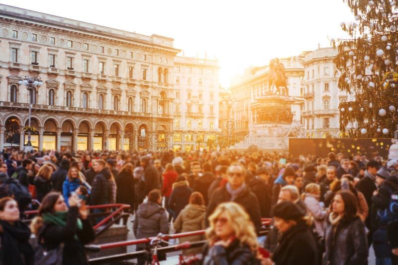 De mensen overbevolken het lopen op bezige straat stock foto