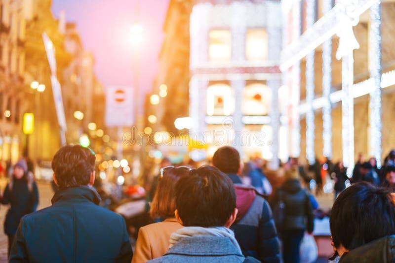 De mensen overbevolken het lopen op bezige straat stock foto's