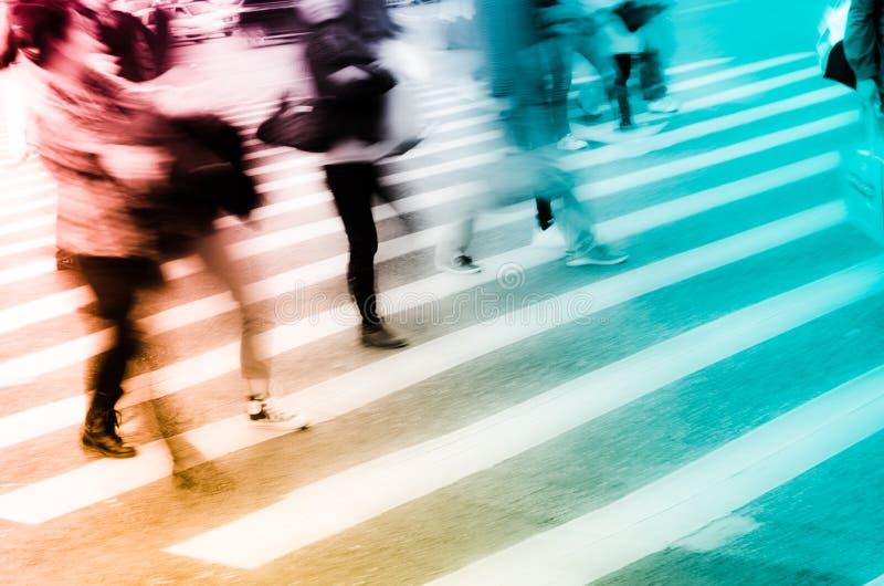 De mensen overbevolken op gestreepte kruisingsstraat royalty-vrije stock afbeelding