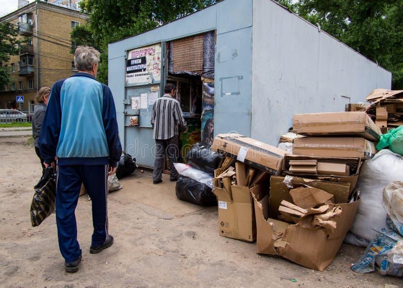 De mensen overhandigen troep in het recycling van centrum, Voronezh stock foto's