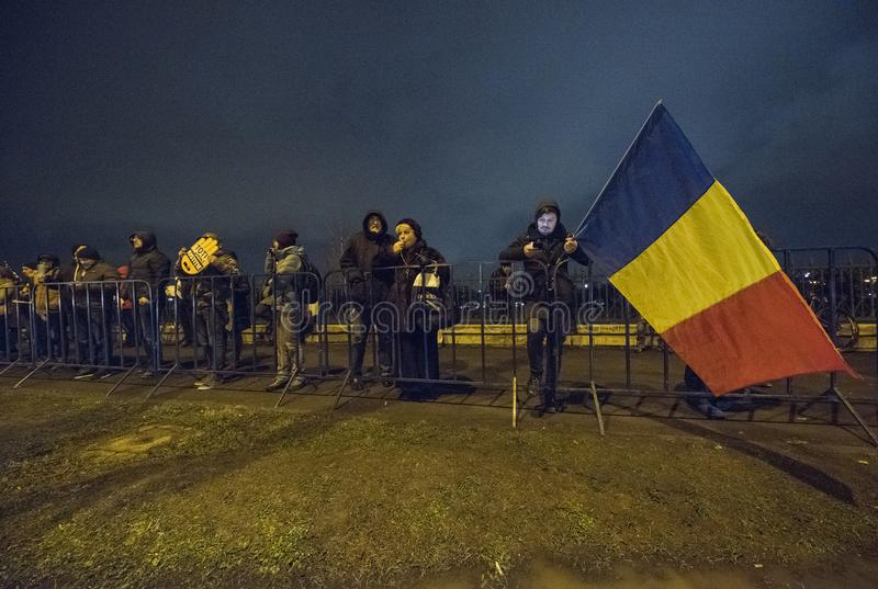 De mensen protesteren voor het Roemeense Parlement royalty-vrije stock afbeelding