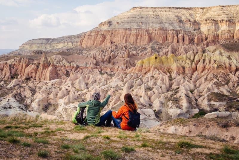 De mensen reizen in Cappadocia-bergen, Turkije royalty-vrije stock afbeelding