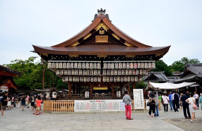 De mensen reizen in het heiligdom of Gion Shrine van Yasaka royalty-vrije stock foto's