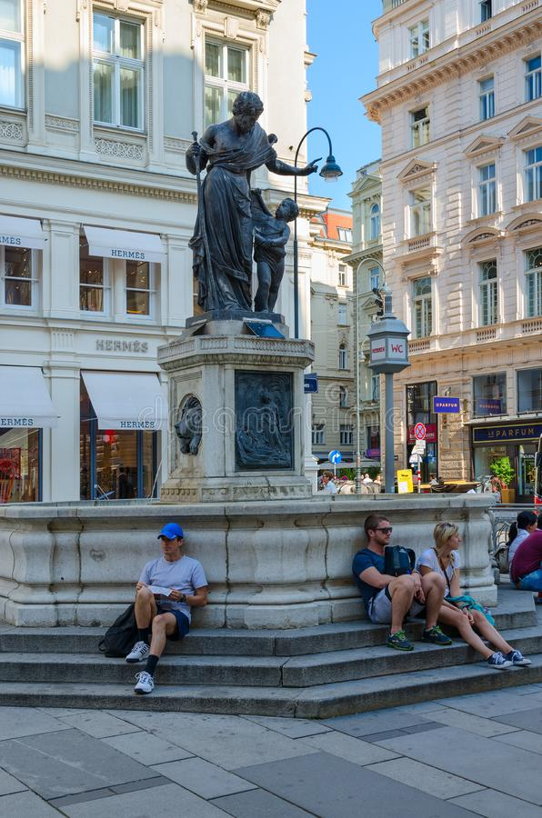 De mensen rusten dichtbij Joseph Fountain, of Fontein van Joseph Betrothed, op Graben-Straat, Wenen, Oostenrijk royalty-vrije stock afbeelding