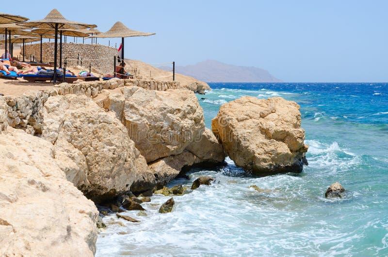 De mensen rusten op ex strand van hotel Siva Sharm Savitatoevlucht 5 *, Sharm el Sheikh, Egypte royalty-vrije stock afbeeldingen
