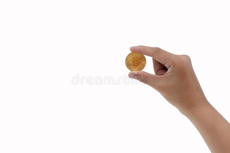 De mensen` s hand houdt een gouden muntstuk bitcoin muntstuk royalty-vrije stock afbeelding