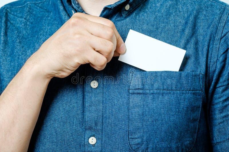 De mensen` s hand neemt leeg adreskaartje van de zak royalty-vrije stock foto's