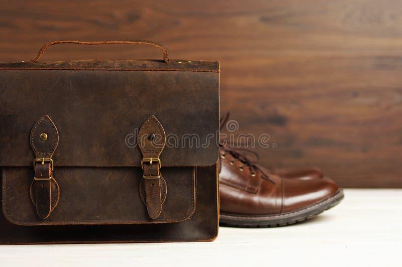 De mensen` s manier met bruine leerschoenen en de zaken doen op een houten achtergrond in zakken Mensen` s manier, schoenen, toeb royalty-vrije stock foto