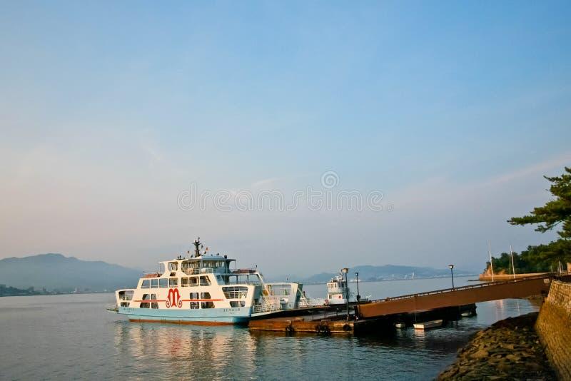 De mensen schepen de veerboot van Miyajima Matsudai Kisen, Hiroshima, Japan in stock foto