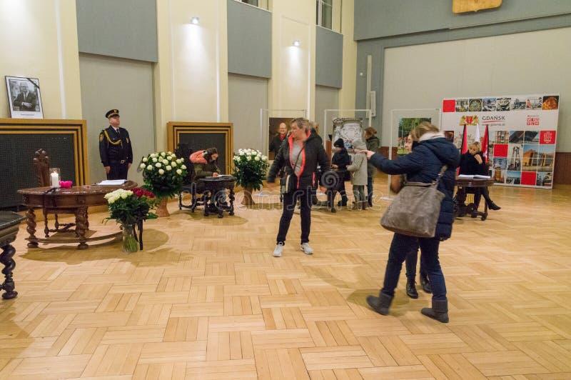 De mensen schrijven een bericht van deelneming betreffende de dood van Burgemeester van Gdansk Pawel Adamowicz stock afbeelding