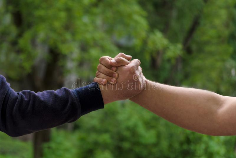 De mensen schudden handen Zakenliedenhandenschudden na goede overeenkomst Concept succesvolle bedrijfsvennootschapvergadering Zus royalty-vrije stock foto's